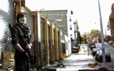 Chico Anonymous en la calle armado y con uniforme de camuflaje