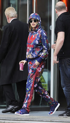 http://www.dailymail.co.uk/tvshowbiz/article-2834703/New-singing-coach-heads-film-Voice-UK-Manchester-wearing-quirky-flower-print-Adidas-tracksuit-matching-trainers.html
