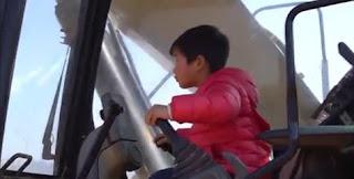 شاهد بالفيديو  طفل في الرابعة من عمره يقود حفارة