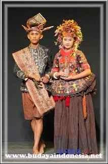 pakaian adat tradisional nggembe dari sulawesi tengah
