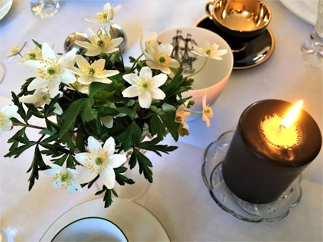Hvitveis sammen med andre blomster - borddekking
