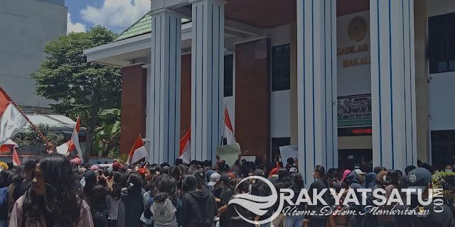 Breaking News : Pengadilan Negeri Makale Diserbu Ribuan Massa dari SMAN 2 Rantepao