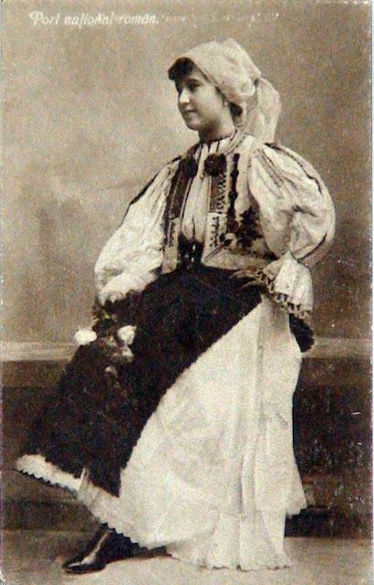 poze vechi femeie in costum traditional cu chieptar din Transilvania si trandafiri