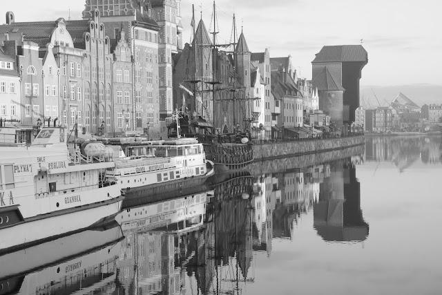 Czarno-biała fotografia krajobrazu. Gdańsk, Stare Miasto, Rybackie Pobrzeże. fot. Łukasz Cyrus