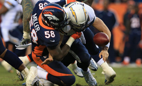 Von Miller sackant Philip Rivers et forcant le fumble.