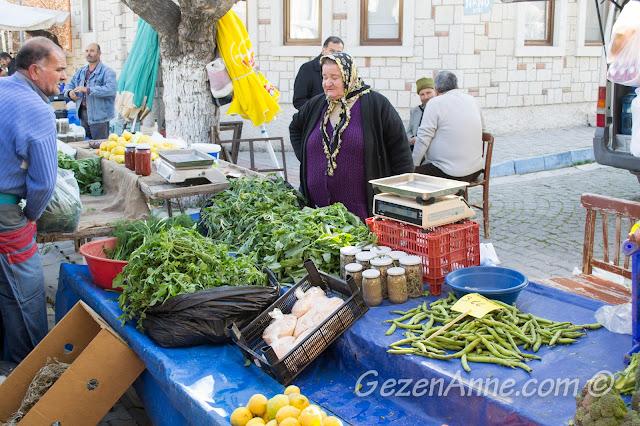 Alaçatı pazrında ürünlerini satan köylüler