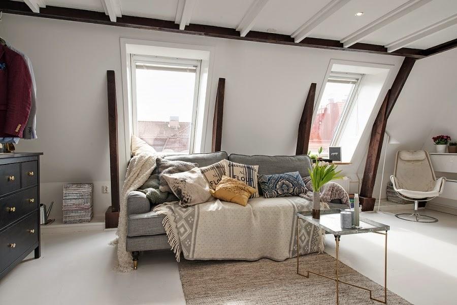 Białe mieszkanie na poddaszu, wystrój wnętrz, wnętrza, urządzanie domu, dekoracje wnętrz, aranżacja wnętrz, inspiracje wnętrz,interior design , dom i wnętrze, aranżacja mieszkania, modne wnętrza, styl klasyczny, styl skandynawski, szara kanapa, białe wnętrza, styl skandynawski