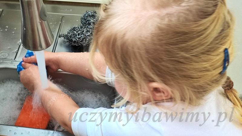 Dziecko pomaga w kuchni