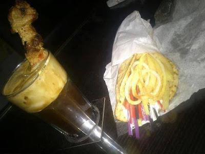 kawa frappe z mięsnym szaszłykiem w środku,  kolorowe plastikowe słomki owinięte w chlebek arabski, pitę