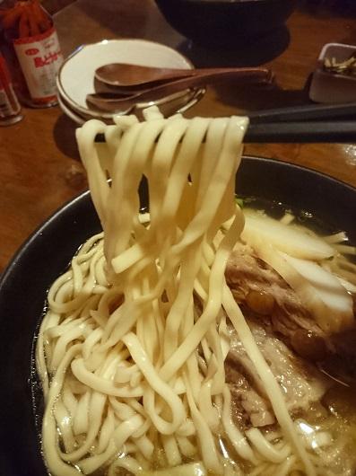 軟骨ソーキそばの麺の写真