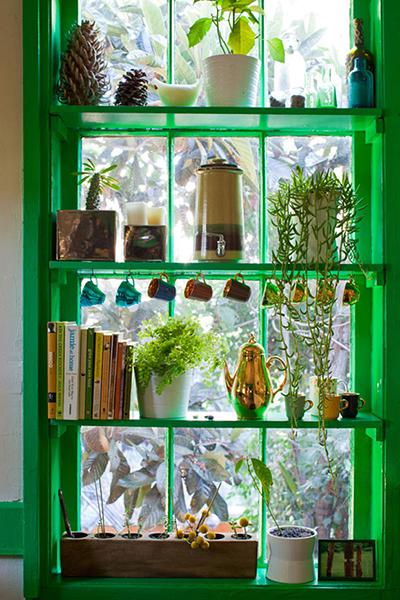 solution gain de place fenêtre transformée en étagère