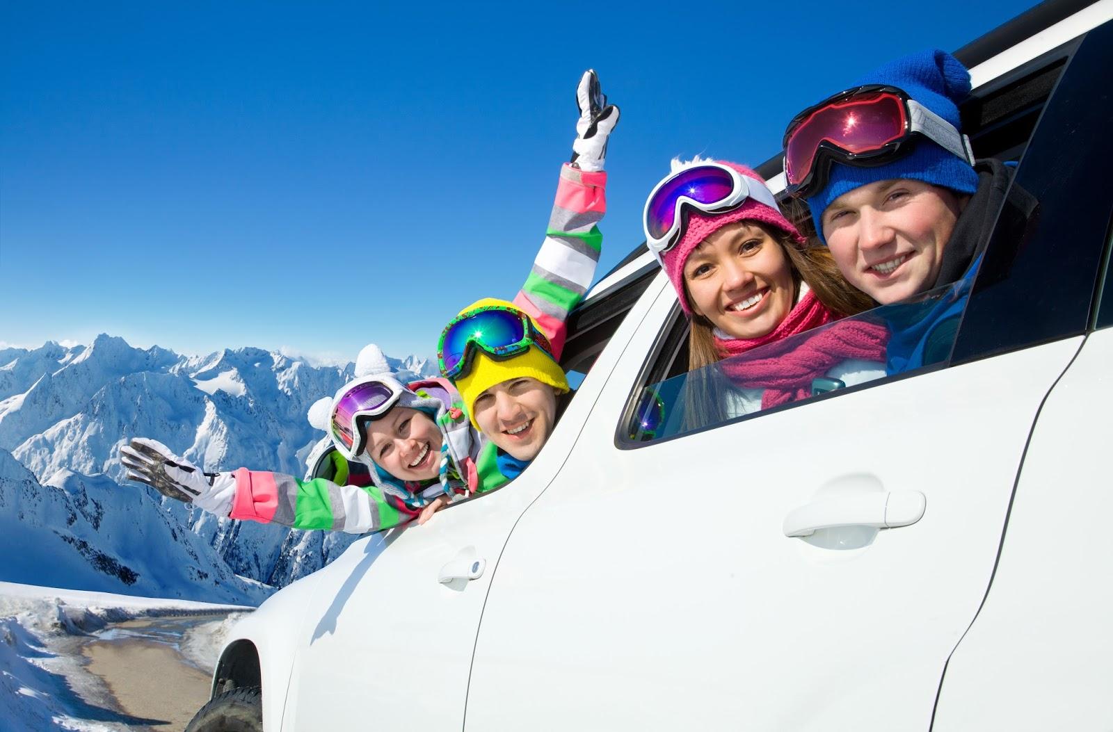 Blije wintersporters op de alpen in de auto