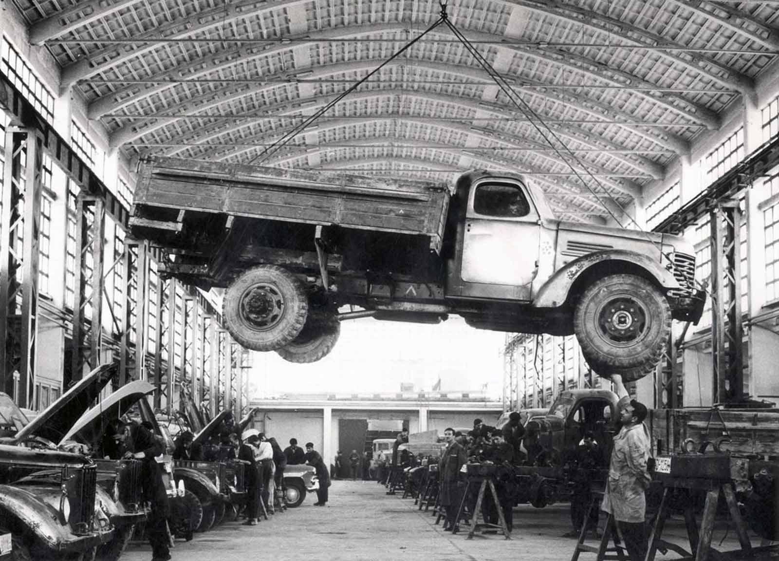 Un trabajador afgano verifica un camión de fabricación rusa en la fábrica de Kabul Janagalak en una fecha no especificada. La fábrica situada en el centro de la ciudad como la única firma para fabricar chasis de vehículos fue saqueada, como otras propiedades públicas en la capital afgana, durante el gobierno de los mujahedines afganos de 1992 a 1996.