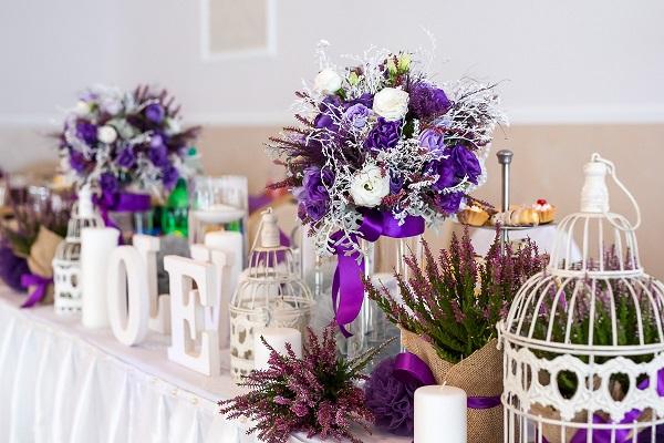 Fiolet w dekoracjach weselnych
