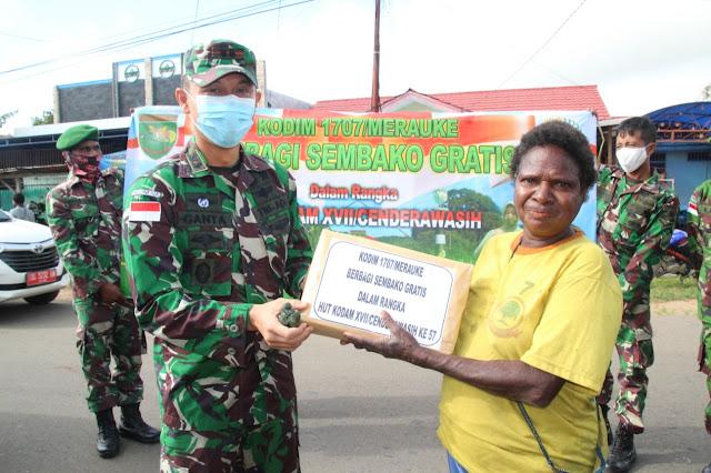 Bangun Nawoko dan Eka Ganta Chandra Bagi Sembako HUT Kodam Cenderawasih di Merauke