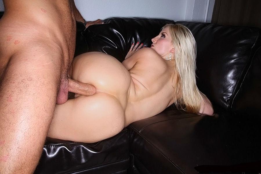 Русскую блондинку с пышными формами ебут в жопу