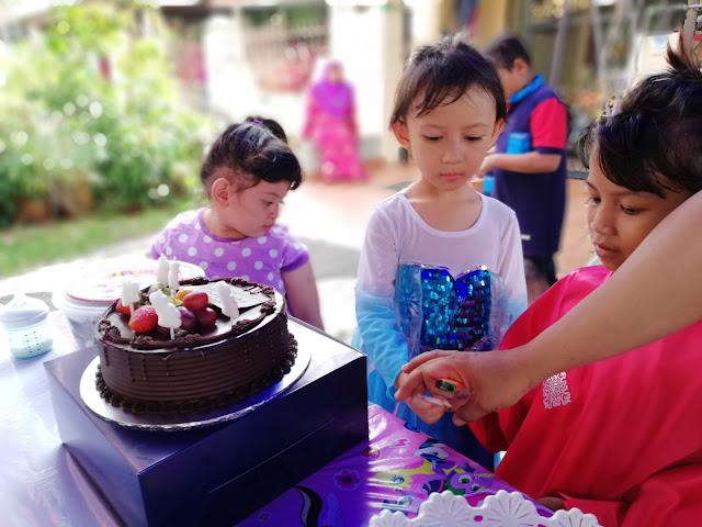 Celebrate 5th Birthday Dhia Batrisya - Pejam celik, dah 5 tahun Dhia. Dhia nak buat majlis Hari Jadi dan jemput kawan-kawan datang. Mummy tunaikan juga permintaan Dhia. Buat kecil-kecilan sahaja. Apapun, terima kasih pada yang sudi datang memeriahkan majlis kami. Terima kasih untuk hadiah semua. Moga kalian di diperderaskan rezeki sederas-derasnya. Amin.