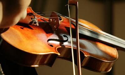 Ngày nay việc sở hữu cho mình một cây đàn Violin đã trở nên rất phổ biến vì âm thanh hấp dẫn của loại nhạc cụ này mang lại cũng như với mức giá của đàn Violin khá đa dạng và phải chăng, phù hợp với thu nhập của người dân Việt Nam. Tuy nhiên đối với những ai chưa có kinh nghiệm trong việc mua đàn Violin thì việc gặp phải 1 số rủi ro nhất định khi mua đàn là điều khó tránh khỏi. Vì vậy với việc nắm được những rủi ro khi mua đàn Violin mà chúng tôi đem đến dưới đây sẽ giúp ích cho bạn rất nhiều để lựa chọn được cho mình một cây đàn Violin đảm bảo chất lượng với mức giá cả hợp lý, phù hợp với nhu cầu sử dụng của bạn.    Những rủi ro gặp phải khi mua đàn Violin  Dưới đây là một số rủi ro mà bạn có thể gặp phải khi mua đàn Violin:  – Rủi ro về chất lượng sản phẩm: Hiện nay trên thị trường hiện nay có rất nhiều công ty, cửa hàng nhận là nhà nhập khẩu và phân phối đàn Violin, tuy nhiên trong đó không phải địa chỉ nào cũng là địa chỉ uy tín, đảm bảo. Do đó, để giúp bạn mua được cho mình những cây đàn Violin đảm bảo chất lượng, có nguồn gốc xuất xứ sản phẩm rõ ràng thì bạn cần chú ý trong việc lựa chọn địa chỉ mua đàn.  – Rủi ro về chính sách bảo hành đối với đàn Violin: Một cây đàn Violin cần phải luôn ở trong tình trạng sẵn sàng để chơi vì vậy mà nó đòi hỏi các nhà phân phối phải có chính sách bảo hành, bảo trì sản phẩm lâu dài và liên tục.  Để giúp người mua tránh được rủi ro này thì khi mua bạn cần tìm hiểu kỹ về chính sách bảo hành cho sản phẩm tại cửa hàng đó để giúp bạn được yên tâm khi luôn được sử dụng đàn trong tình trạng tốt nhất.  – Rủi ro về giá: Cũng giống như các loại nhạc cụ khác, đàn Violin có mức giá rất đa dạng tùy vào từng model cũng như thương hiệu sản xuất và mức giá của đàn cũng có sự chênh lệch khác nhau giữa các cửa hàng. Chính vì vậy, tốt nhất là bạn nên tham khảo về mức giá đàn của 1 vài cửa hàng để từ đó đưa ra sự so sánh khách quan nhất trước khi quyết định mua đàn Violin tại đâu.  Với việc nắm được một số rủi ro khi mua đàn Violin mà chúng tôi ma