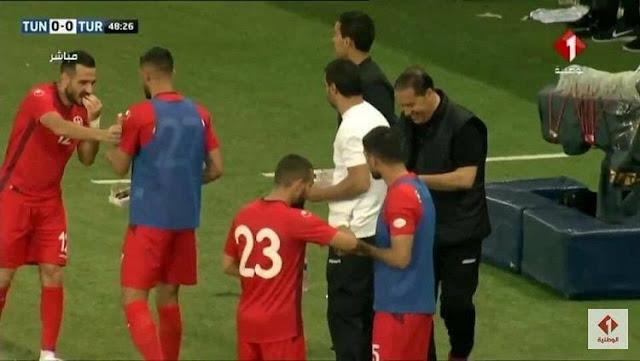 Pemain Timnas Tunisia berbuka puasa di sela-sela laga uji coba melawan Turki, Sabtu (02/06/18)