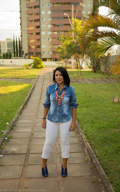 Camisa Jeans e calça branca para um look casual de trabalho