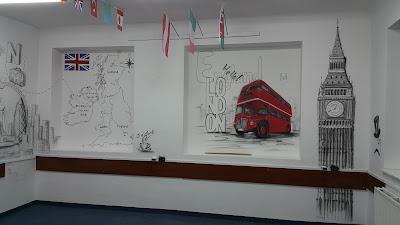 Mural w szkole, tematyczny mural w klasie językowej, Jak urządzić klasę językową?, ciekawy pomysł na dekorację sali językowej poprzez malowanie graffiti na ścianie w szkole, urządzamy klasę językową inspiracje