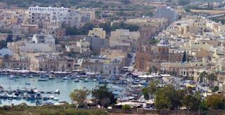 Vistas de Marsaxlokk de camino a St. Peter's Pool.
