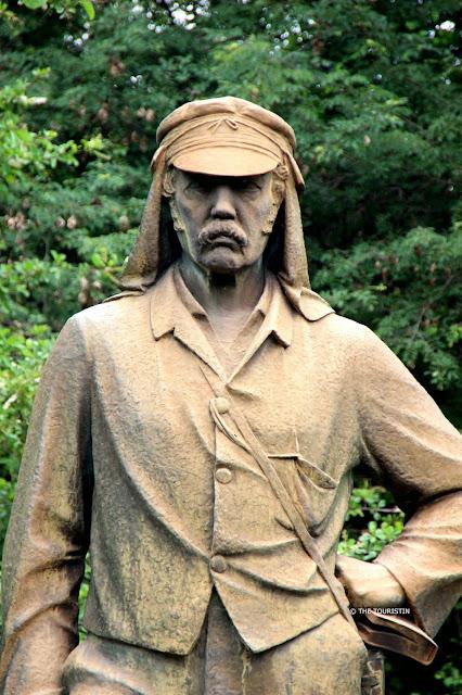 Stone statue of Livingstone.