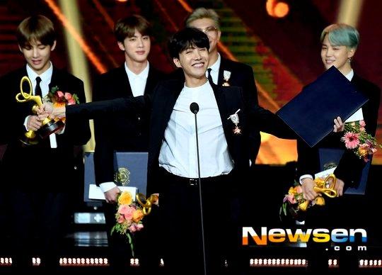 BTS and Red Velvet Welcomes Award Trophy at 'Korean Popular Culture & Arts Awards 2018'