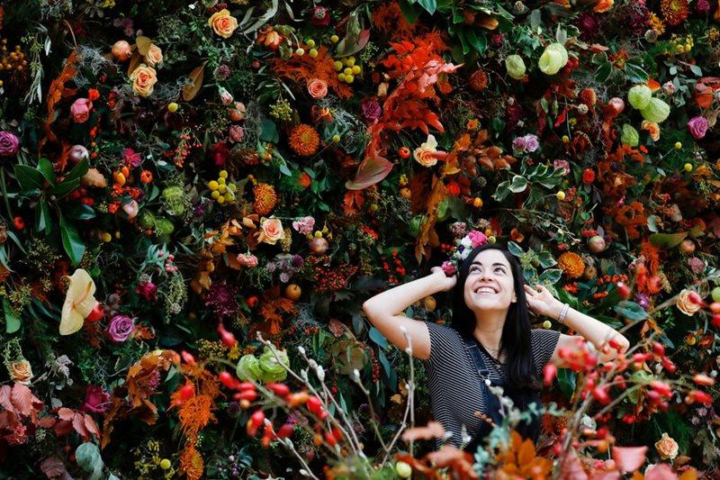 Muro vertical lleno de flores