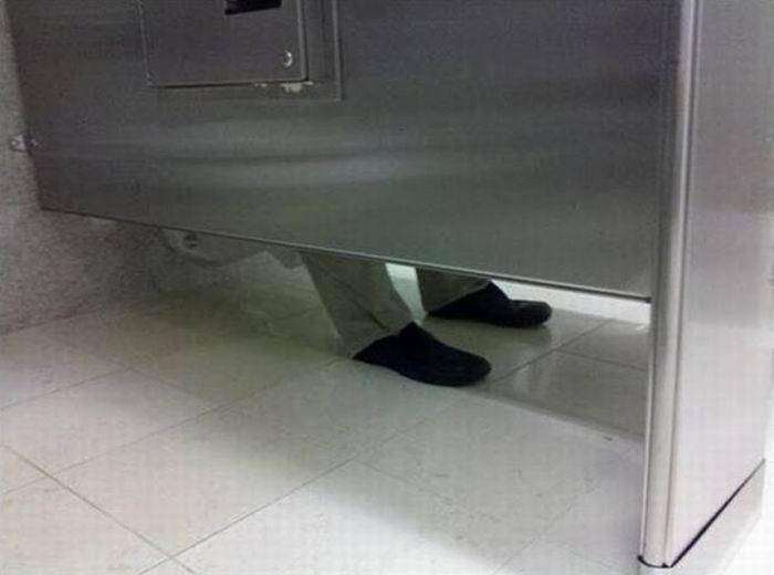 d905662ad9f0 BLOG ESCOMBRISMO: CÓMO APARTAR UN WC EN EL BAÑO PÚBLICO - O la broma ...