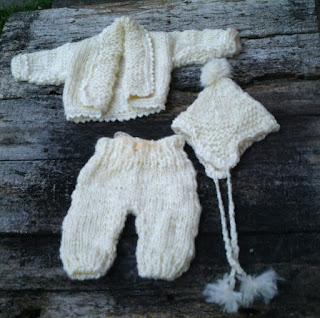 conjunto de casaco, gorro aviador e calça tricotados para recem nascido