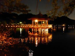 Pabellón en el lago