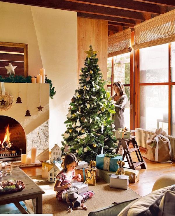 árbol de navidad decorado en un salón de casa de campo