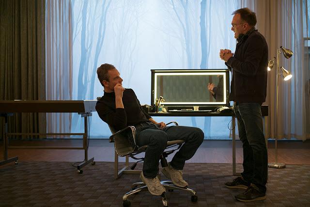 Danny Boyle dando indicaciones a Michael Fassbender durante el rodaje de Steve Jobs (2016)