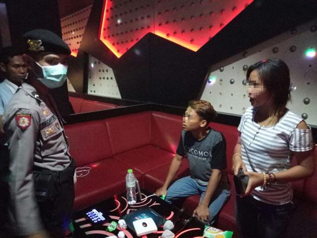 Operasi gabungan dari BNN, Polresta Banjarbaru dan Satpol PP, Jumat 14 Juli 2017 mengobok-obok tempat hiburan malam (THM) di Banjarbaru tak sia-sia. Dari belasan THM, aparat berhasil menggaruk sedikitnya 13 pengunjung yang kedapatan positif mengkonsumsi narkoba.