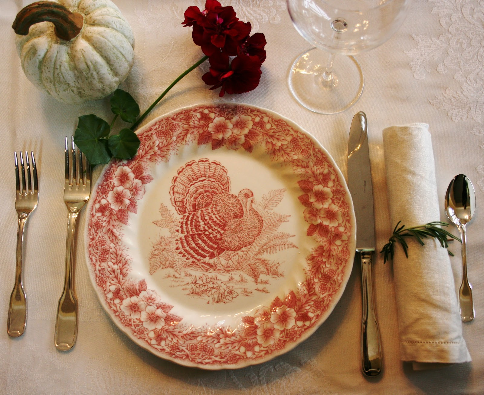 Red turkey plates with white details & ciao! newport beach: my thanksgiving table ~ you vote!