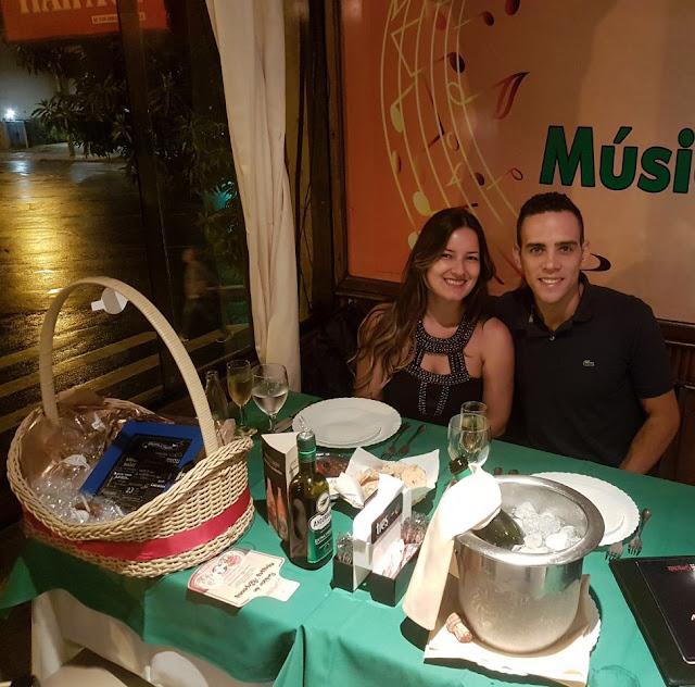 casal em restaurante italiano