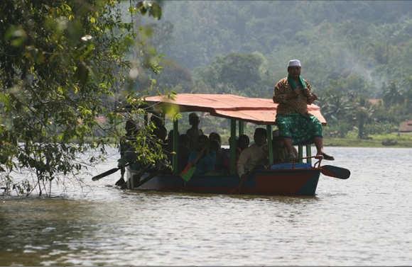 Wisatawan Berkeliling Situ Lengkong Dengan Perahu (Foto Adhitya Ramadhan/Fotokita.net)