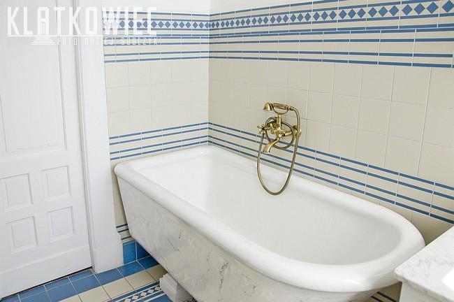 Łódź. Zabytkowa przedwojenna łazienka. Wanna z firmy Twyford & Hanley.