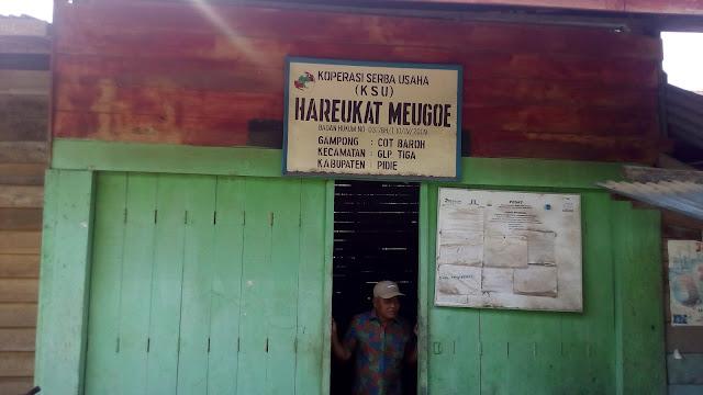 Abdurrahman sebang membuka pintu koperasi Hareukat Meugoe