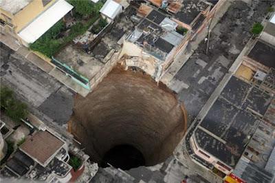 Sebuah lubang pembuangan di Guatemala City pada 2010