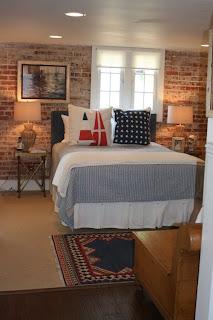 dormitorio con paredes de piedra