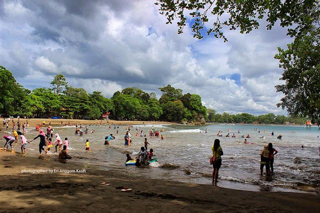 Pantai Batu Karas, cocok untuk surfing dan berenang.