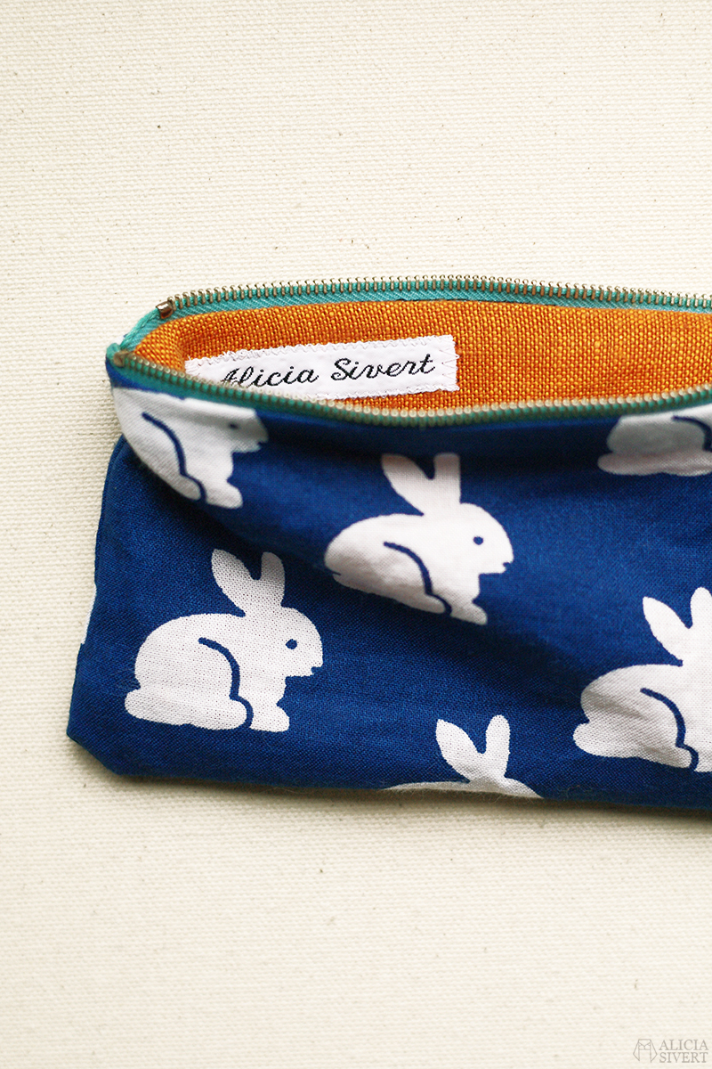 aliciasivert alicia sivert sivertsson diy do it yourself gör det själv sy sytt sömnad pennskrin pencil case pennor förvaring sew sewing rabbit rabbits bunny bunnies pattern kanin kaniner kaninmönster kaninmönstrat mönster mönstrat blå blått tyg fabric blue vit kanin vita kaniner återbruk remake märkning namnband