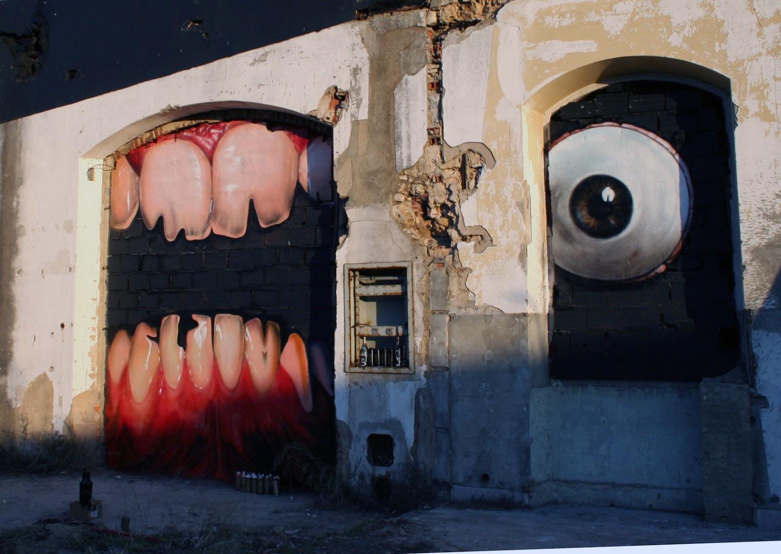 Parede velha com grafites de uma boca com dentes quebrados e um olho arregalado: ilustra a seção a respeito dos textos das linhas de ''Shih Ho / Morder'', um dos 64 hexagramas do I Ching, o Livro das Mutações