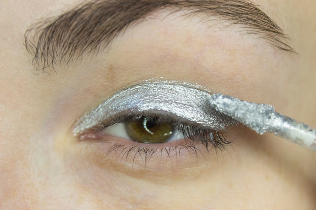 New year make-up 2018, step 2: Essence Metal Shock в оттенке 05 Moon Dust