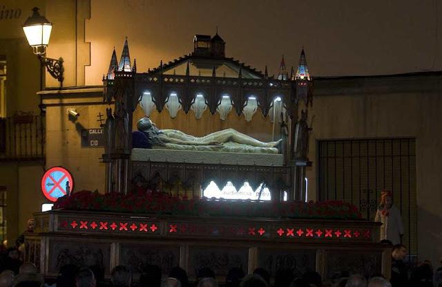 Paso del Santo Sepulcro. Procesión del Santo Entierro de la Real cofradía de Minerva y Vera Cruz los años impares. Foto. Mauricio Peña.