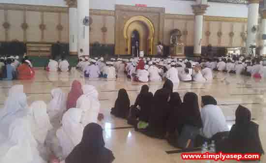 1.100 : Sekitar 1.000 peserta Haflah Akbar bersatu dalam ruangan dalam Masjid Raya Mujahidin Pontianak ini. Foto Asep Haryono