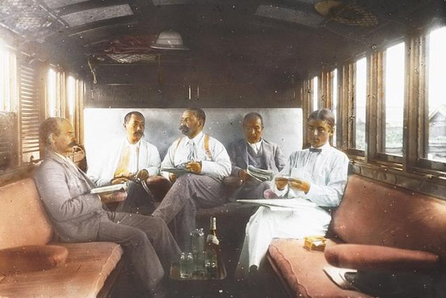 Bức ảnh chụp năm 1895, khi các thành viên của Ủy ban Vận tải Quốc tế ngồi bên trong chiếc xe lửa riêng của họ và thưởng thức đồ uống trong một lần di chuyển.