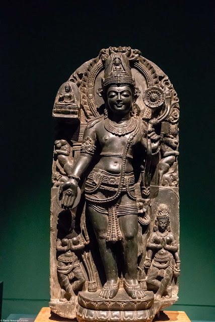 Bodhisattva Avalokiteshvara com flor de lótus